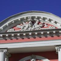 Музей-усадьба Кусково - Лепные украшения фронтонов дворцовых крыльев.