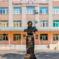 Памятник Д. Давыдову у колледжа им. Коняева
