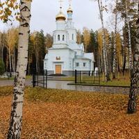 Храм в осеннем лесу.