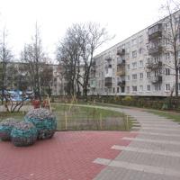 Гатчинское шоссе 11 -13, во дворе-новая детская площадка