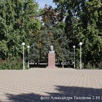 Вид с площади на памятник Ленину