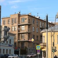 Дом 1929-30 годах построен жилищно-строительным кооперативом Квартирохозяин, архитектор Г.Разумов