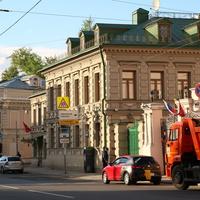 Улица Солянка 13, дом новодел на месте снесённого главного дома городской усадьбы 18-19 века.