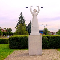 Символ міста Сміла - дівчина тримає над головою зламану стрілу як символ перемоги добра над злом.Згідно легенди, місто було назване на честь сміливої дівчини, яка провела слов'ян по таємних стежках в тил татарам. Завдяки їй ворог був розбитий.