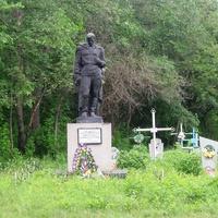 Братська могила льотчиків, загиблих в перші дні війни 26 06 1941р,сільське кладовище.