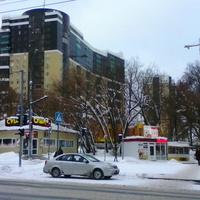 На улицах города. Новый жилой массив в Свердловском районе, около автомобильного магазина.
