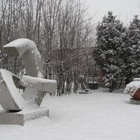 Скульптура около эксперементального завода