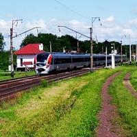 Залізничний переїзд та зупинка електрички села Ярове.Швидкісний HUNDAY на переїзді.