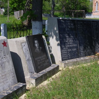 Братська могила,поряд з церквою Св.Михайла.