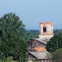 Лутовёнка, вид на  колокольню  церкви со  стороны  кладбища, июнь 2006 г.