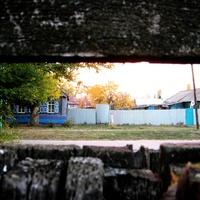 Мокроус. Особый взгляд на улицу Победы через щель забора.