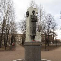 Памятник Ольге Берггольц, другой ракурс
