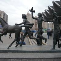 Скульптура на вых. с метро Пионерская.