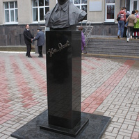 Курск. Памятник поэту Н.Асееву.