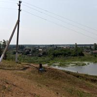 вид на пруд с холма памятника и церкви