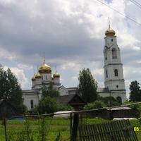 В селе с северной стороны от храма