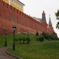 Сохранившаяся часть вала, некогда окаймлявшего Кремль. Вал разобран по приказу Петра I. Это единственная сохранившаяся часть.