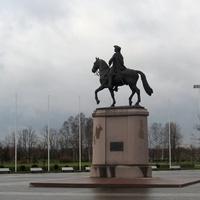 на территории Константиновского дворца памятник Петру I