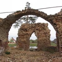 Клопицы. Церковь Петра и Павла. Руины