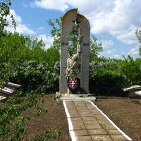 Цвинтар: Алея пам'яті героїв війни.