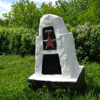 Цвинтар: старий обеліск.