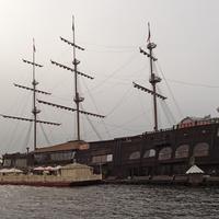 """Корабль """"Летучий голландец"""" у Мытнинской набережной"""
