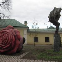 На территории музея городской скульпруры