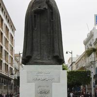 Тунис. Памятник ибн Халдуну.