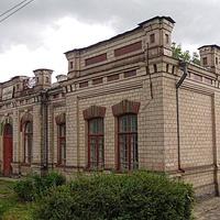 Железнодорожная станция «Белозерье» в селе Хацки.Вокзал постройки начала ХХ-века.