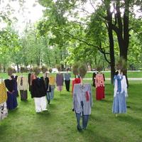 Проект «ТИХИЙ НАРОД» Тихий народ с дерновыми головами появился впервые в проекте Рейо Кела.