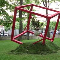 Проект «СЕРДЦЕ АВАНГАРДА» – это соединение одного из самых простых и в то же время самых ярких образов авангарда – красного куба с одним из символов жизни – цветами.