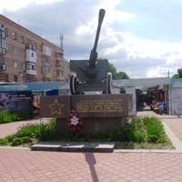 Пушка установлена в честь 25-летия освобождения Черкасс войсками второго украинского фронта от немецкой оккупации.