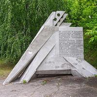 Памятный знак «Понтон»Установлен возле моста через Днепр.
