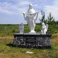 Скульптура Богородицы на территории церкви