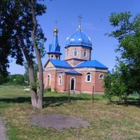 Церковь в честь Рождества Христова находится в самом центре села Ротмистровка.