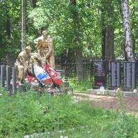 Мемориал советских воинов и мирных жителей в поселке Шапки