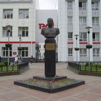 Н. Новгород - Ул. Октябрьской революции - Памятник Кенигу И.Ф.