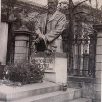 Памятник писателя Святоплука Чеха,чеш. Svatopluk Čech (1846-1908) на его могиле,Вышеградское кладбище.Фото 12.V.1945 года.