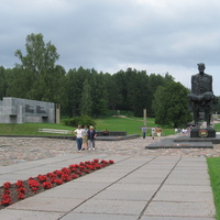 Скульптура Непокорённого человека рядом с местом захоронения Сожжённых