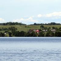 Вид д. Ясенское с озера Волго.