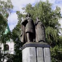Кремль - Памятник князю Георгию и святителю Симону