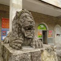 Скульптура льва перед зоопарком