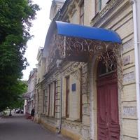 Доходный дом предпринимателей Ф. И. Лысака и М. Ф. Гаркавенко (сейчас - Черкасская музыкальная школа № 1 им. Н. В. Лысенко)построен в 1870 году.