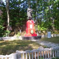 Памятник(2) воинам-освободителям села,от немецко-фашистских захватчиков.