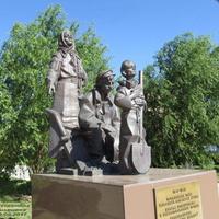 Памятник труженикам тыла на площади в центре.