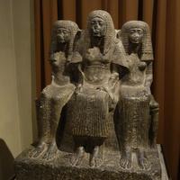 Зал Древнего Египта. Семейная группа градоначальника Фив с женой и матерью.