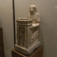 Зал Древнего Египта. Статуя мужчины с наосом.