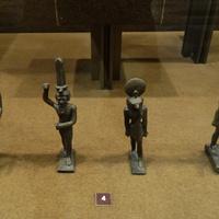 Зал Древнего Египта. Статуэтки богов.