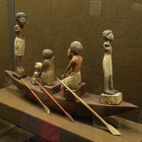 Зал Древнего Египта. Статуэтки в лодке.