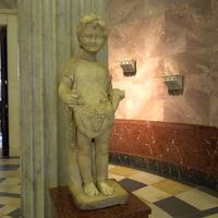 Зал античной декоративной скульптуры. Мальчик с фруктами.